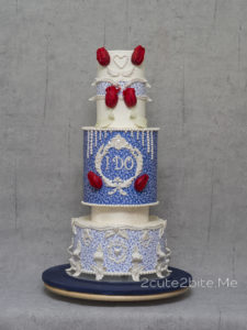"""Cake Central Magazine Volume7 Issue1 – """"William Morris Medway Textile Wedding"""" Issue Central dergisinin """"romantik düğün"""" temalı sayısı için çalışmamı istedikleri tasarımın ilhamıİngiliz şair, desinatör, roman ve sanat yazarı, ressam,mobilya, kumaş, vitray, duvar kağıdıtasarımcısı olanWilliam Morris'in """"Medway"""" tekstili oldu. Lacivert fonu ve üzerindeki lalelerin hareketli kontrastı beni etkileyen ilk nokta oldu. Tasarımımın odak noktasında bu deseni bir şekilde işlemek istediğimi biliyordum. Yenilebilir kağıta aldığım baskıyı ayrıca bir de fonu tam ters renklerde de değerlendirip romantik bir düğün pastası kompozisyon oluşturdum. Şeker hamurundan hazırladığım inci taneleri, romantik, barok detaylar ve kırmızı laleler ve birbirini sevenlerin kabulünü simgeleyen """"I DO"""" kelimeleri de pastanın orta ve odak noktasına işlendi. Profesyonel fotoğraf çekimi ile bana destek olan sevgiliFırat Öz'e de teşekkür ederim. https://www.facebook.com/firatozphotography/ ;D sevgiler."""
