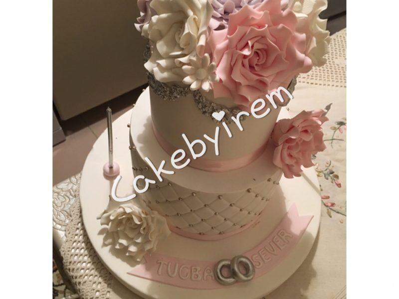 Çiçek detaylı nişan pastası